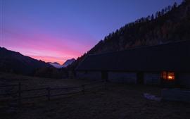 Casa, cerca, arboles, montañas, noche.