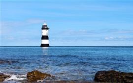 Farol, mar azul, céu