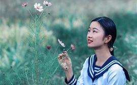 Encantadora colegiala y flores