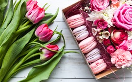 Preview wallpaper Macaroons, roses and tulips, gift