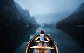 Aperçu fond d'écran Montagnes, arbres, bateau, lac, reflet de l'eau, brouillard, matin