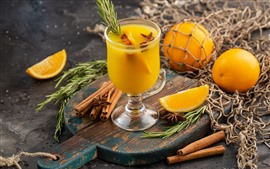 Одна стеклянная чашка апельсинового сока, корица