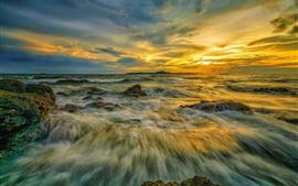 Mar, chorro de agua, nubes, puesta de sol.