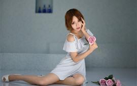 Chica asiática pelo corto, pose, rosas rosadas