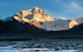 Montañas cubiertas de nieve, piedras, cala
