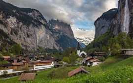 Suiza, Lauterbrunnen, montañas, pueblo