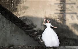 Белая юбка девушка, стена, лестница