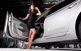 Garota de saia preta, carro, auto show
