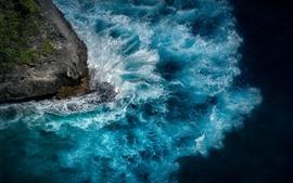 Mar azul, ondas, respingos de água, Nusa Penida