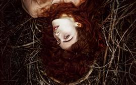 预览壁纸 棕色头发的女孩,看,灌木丛