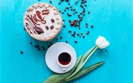 Bolo, café, tulipa branca, fundo azul
