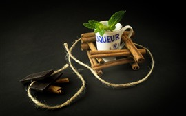 Chocolate, canela, copo, folhas de hortelã, corda