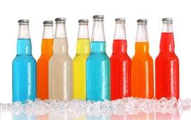 Garrafas coloridas, bebidas, cubos de gelo