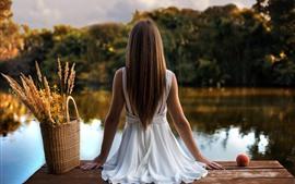 Menina, vista traseira, sente-se, cesta, doca, rio