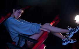 Menina chinesa solitária, assentos, luzes