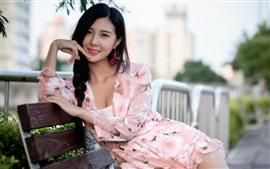 Encantadora chica asiática, sonrisa, banco