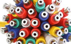 Muchos adaptadores, coloridos.