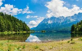 Montagnes, arbres, lac, reflet de l'eau, ciel bleu, nuages