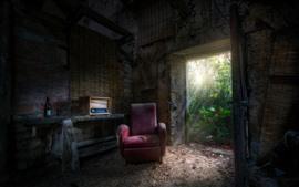 Casa antiga, poeira, sofá, rádio, porta, luz solar