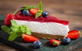 Una rebanada de pastel, crema, fresa, arándano.