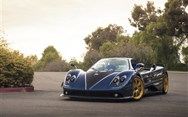 Vista frontal de supercarro Pagani