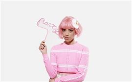 Розовые волосы девушки, белый фон