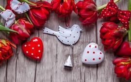 Vorschau des Hintergrundbilder Rote Tulpen, Liebesherzen, Vogeldekoration