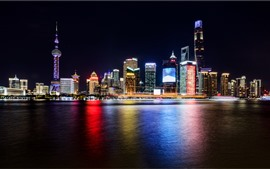 Paisaje urbano hermoso de Shangai, noche, rascacielos, luces, río, China