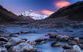 Камни, ручей, снежная гора, сумерки