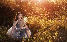 Verão, menina asiática, juncos, sol