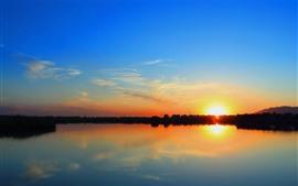 夕日、太陽の光、川、青空、雲