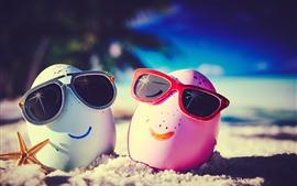 Dos huevos, carita, gafas de sol, arena, fotografía creativa.