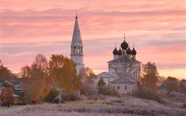 Aldea, iglesia, árboles, puesta de sol