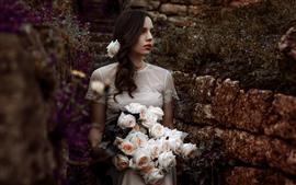 Chica de falda blanca, cabello castaño, rosas rosadas