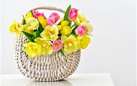 Желтые и розовые тюльпаны, корзина, белый фон