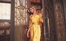 Falda amarilla niña, puerta
