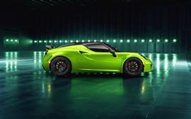 Vista lateral del auto verde Alfa Romeo 4C