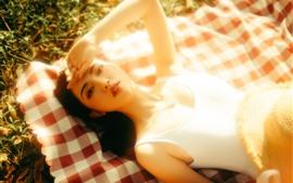 Chica asiática, bajo el sol, descanso, sombrero, verano