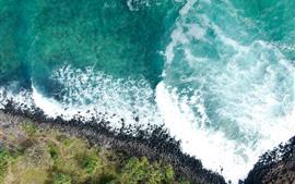 Hermoso mar azul, olas, espuma, vista superior