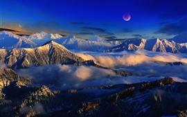 Paisagem bonita da natureza, montanhas, neve, nuvens, lua, névoa, inverno