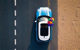 Coche, camino, desierto, globos de colores.