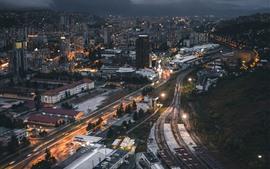 Ciudad de noche, edificios, carretera, ferrocarril.