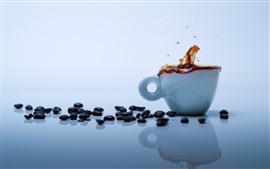 Granos de café, taza blanca, salpicaduras de café