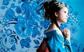 Chica japonesa, kimono azul, Fondo de flores
