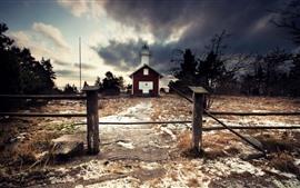 Vorschau des Hintergrundbilder Leuchtturm, Zaun, Schnee, Wolken