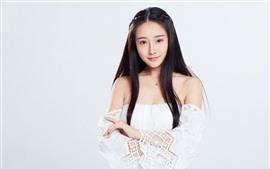 Chica China encantadora, pelo largo, fondo blanco