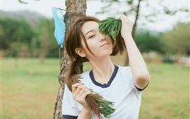 Menina asiática nova encantadora, brincalhão, penteado