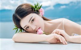 Encantadora chica joven, flores, decoración