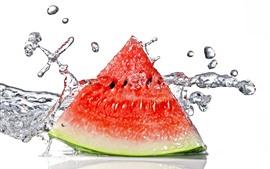 Uma melancia da fatia, respingo da água, fundo branco