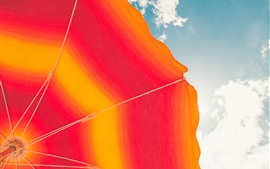 Guarda-chuva laranja, céu, nuvens